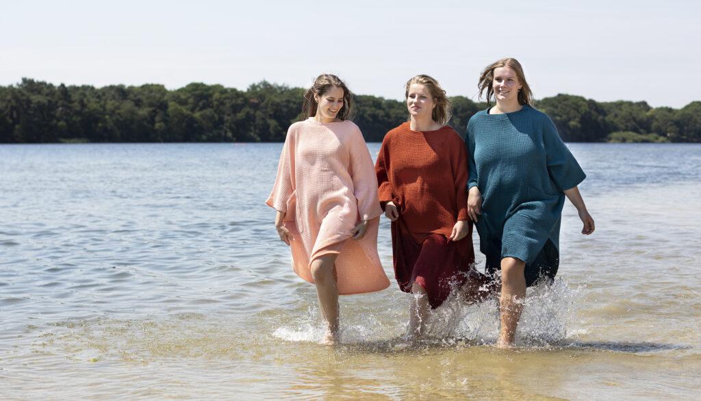 zeemeermantel® salmon pink, brick orange en dark petrol; omkleed poncho; zwemponcho